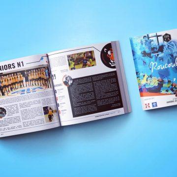 Réalisation du magazine pour le handball club d'Aix en Savoie. Réalisation graphique, rédaction et mise en page du magazine. Distribué lors du match contre chambéry, la Roucoul'Aix présente les équipes et les objectifs de la saison 2016/2017. Vous pourrez également retrouver les témoignages et présentation du staff, des dirigeants et des partenaires.